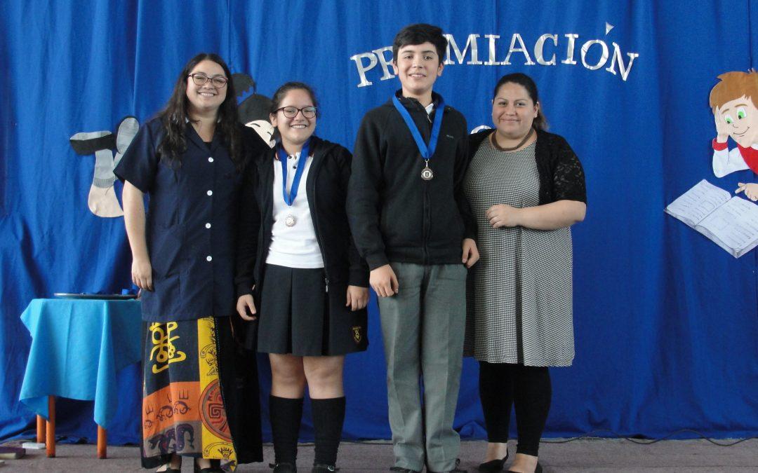 Entrega de las medallas de honor a los alumnos destacados de colegio